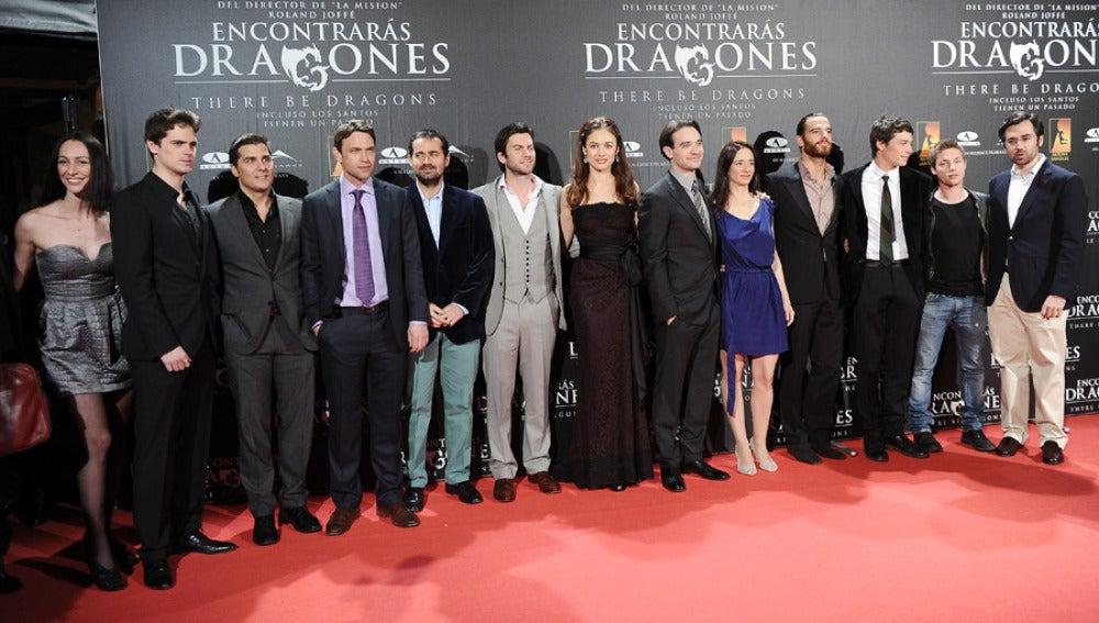 Los actores de Encontrarás Dragones durante el estreno