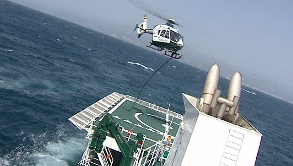 Maniobras de la Guardia Civil en alta mar