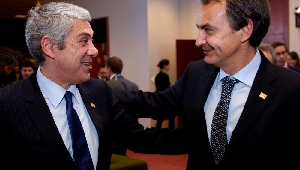 Zapatero conversa con Sócrates