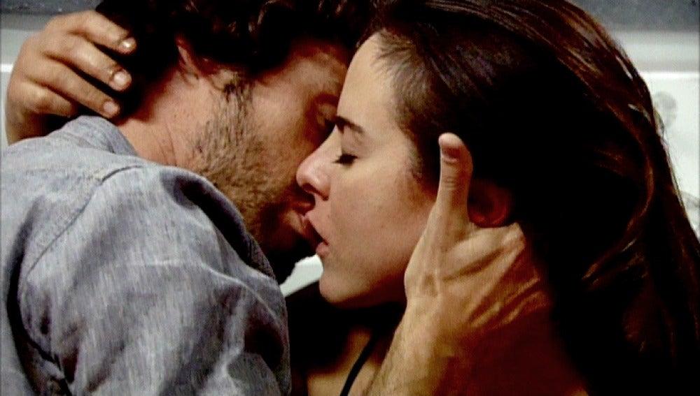 Santiago y Teresa se besan