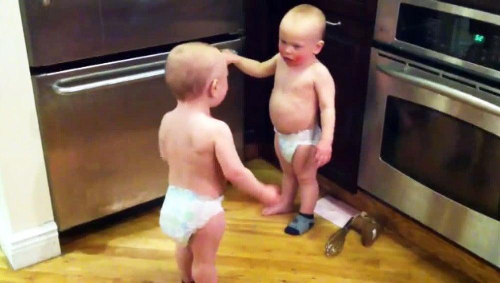 Dos gemelos de dos años charlan animadamente