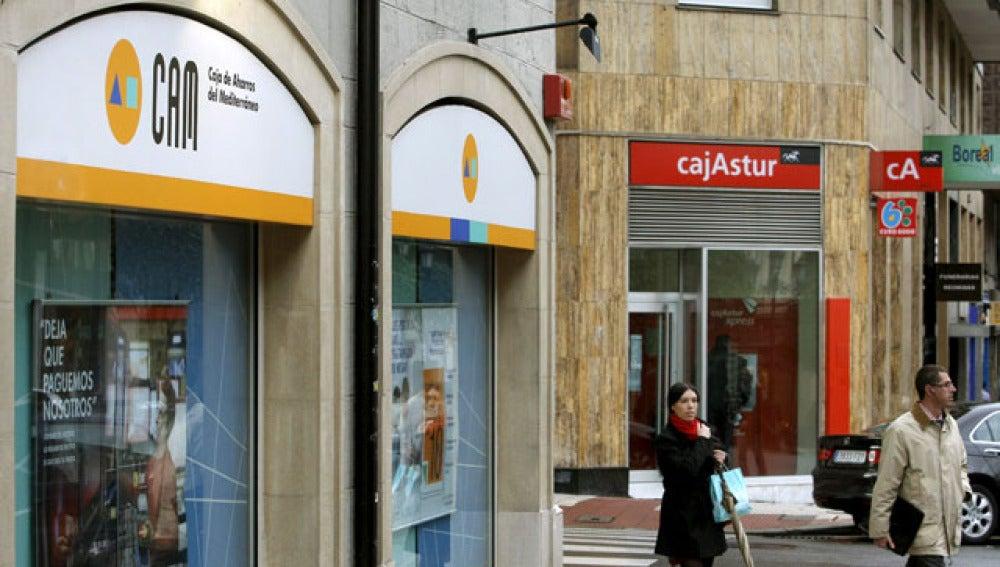 Sucursales de CAM y Cajastur en la calle Asturias de Oviedo