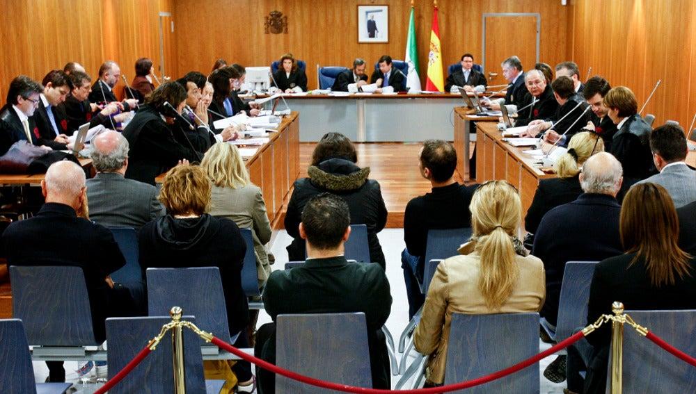 Vista de los acusados, de espaldas, durante la celebración del juicio