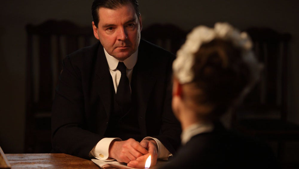 Bates habla con Anna