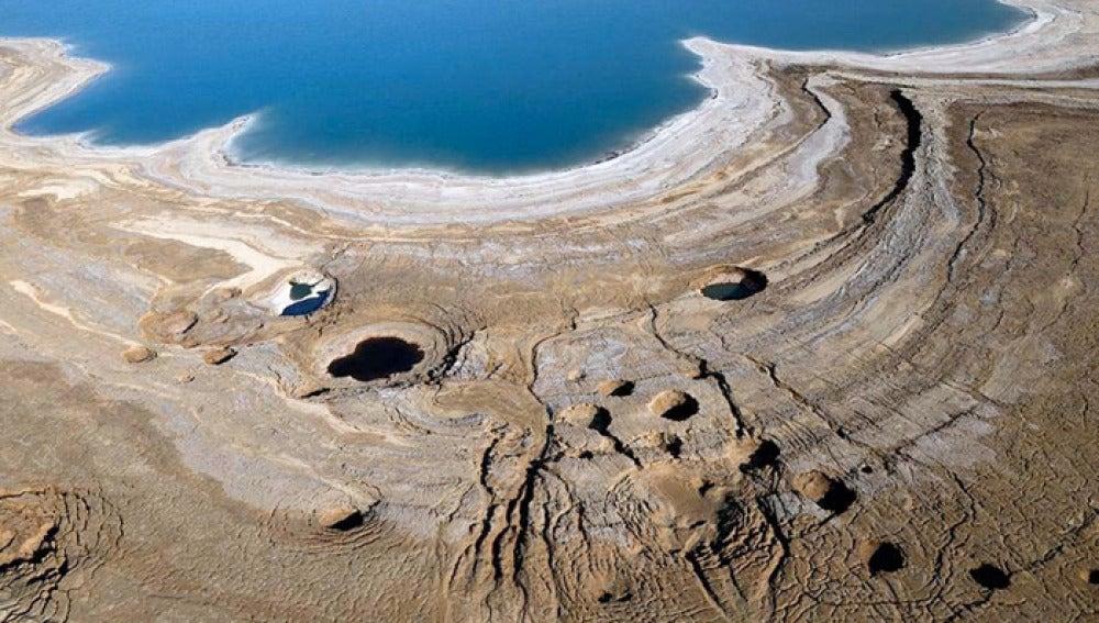 Las orillas del mar muerto secandose