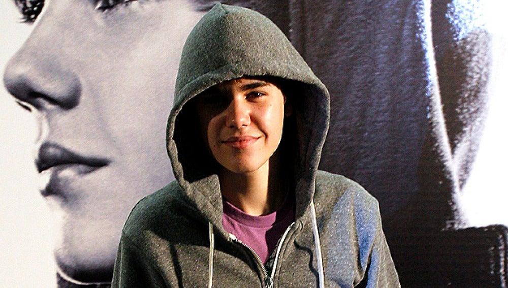 Justin Bieber no se quita la capucha para la prensa