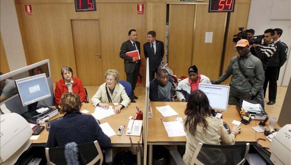 Los ciudadanos consultan su declaración de la renta en las oficinas de Hacienda