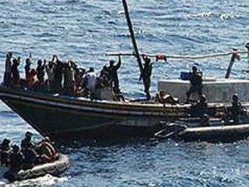 Una embarcación de piratas somalíes navega por las aguas del Golfo de Adén
