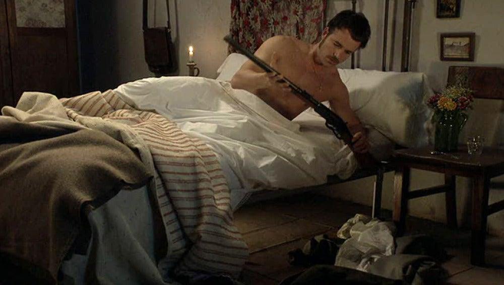 Miguel encuentra un rifle en el cuarto de Sara