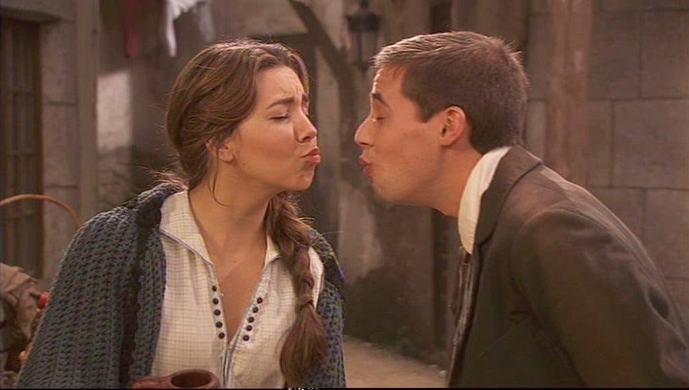 Hipólito le pide un beso a Emilia