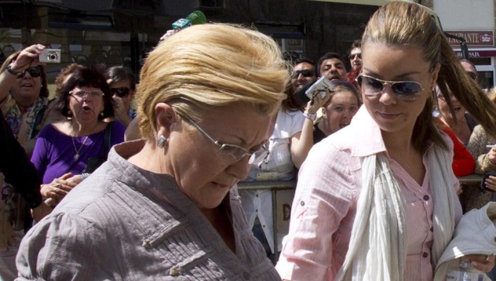 María José Campanario y su madre llegan al juzgado
