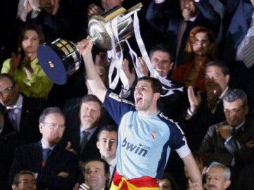Iker Casillas levanta la Copa del Rey