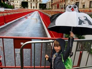 Un niño juega con el paraguas en Sevilla