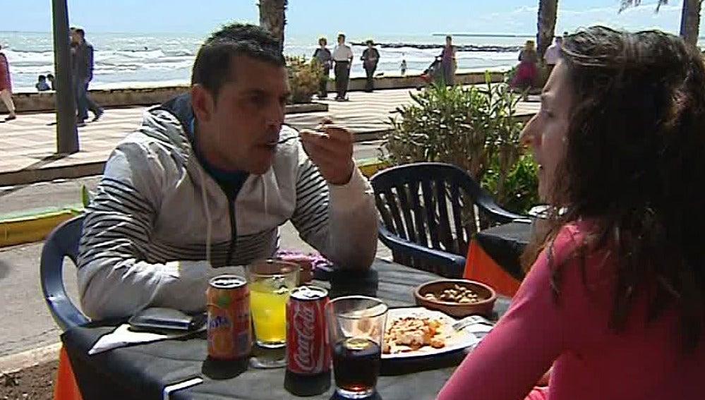 Una pareja disfruta de la comida en una terraza