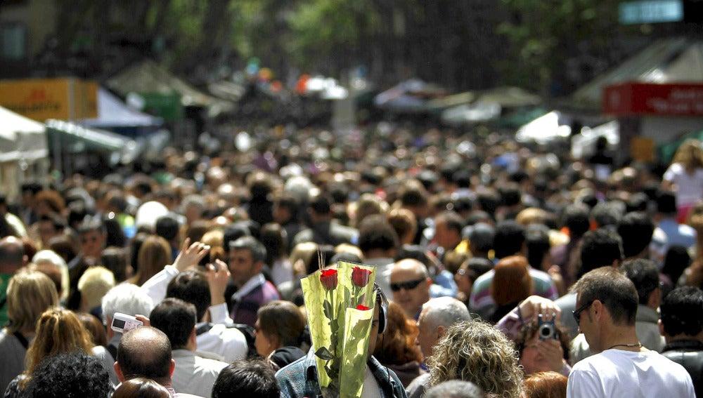 Las Ramblas, aborrotadas en Sant Jordi