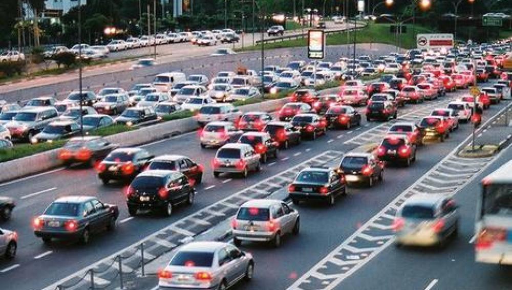 Atasco de coches en la carretera