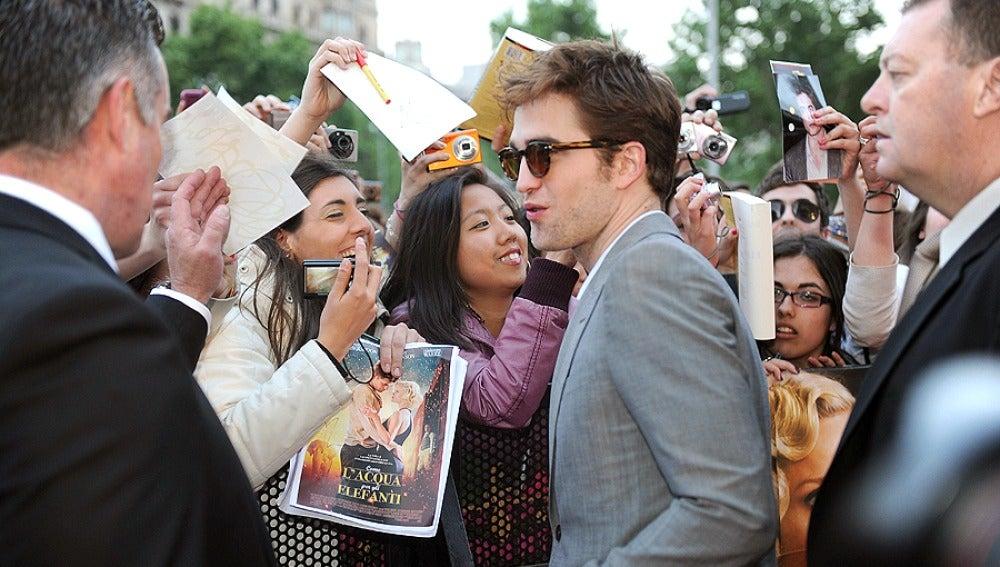 Robert Pattinson atiende a sus fans