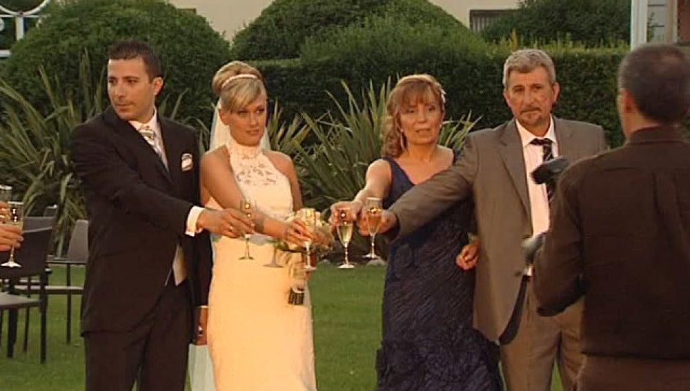 Una pareja de novios durante su boda