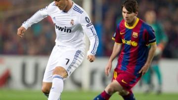 Cristiano Ronaldo se lleva el balón frente a Messi