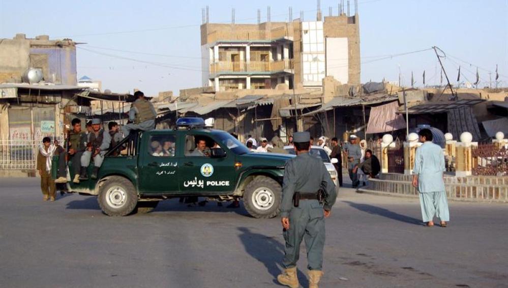 Policías afganos patrullan Kandahar, Afganistán