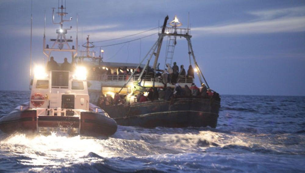 Guardias costeros ayudan a una embarcación recién llegada de Libia en Lampedusa
