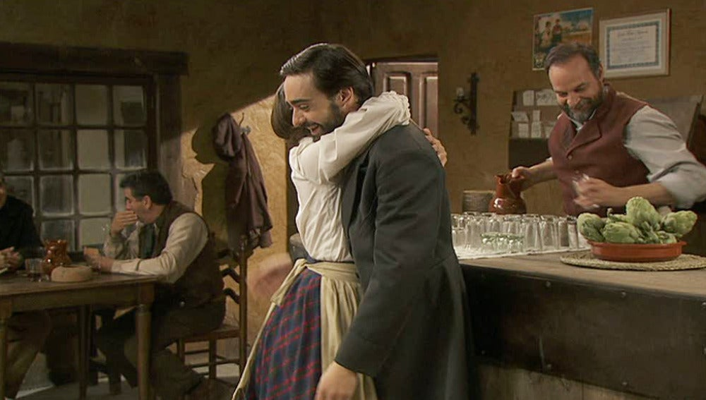Emilia abraza a Alberto