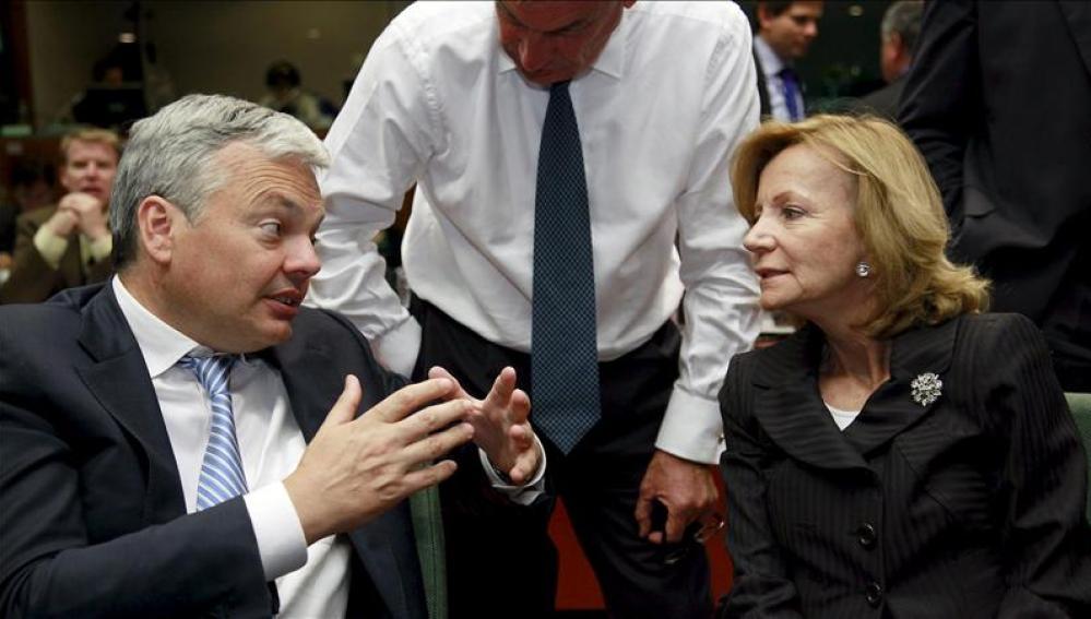 La ministra de Economía y Hacienda española, Elena Salgado, conversa con el ministro belga de Finanzas, Didier Reynders