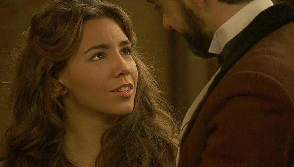 Alberto le regala un pañuelo a Emilia