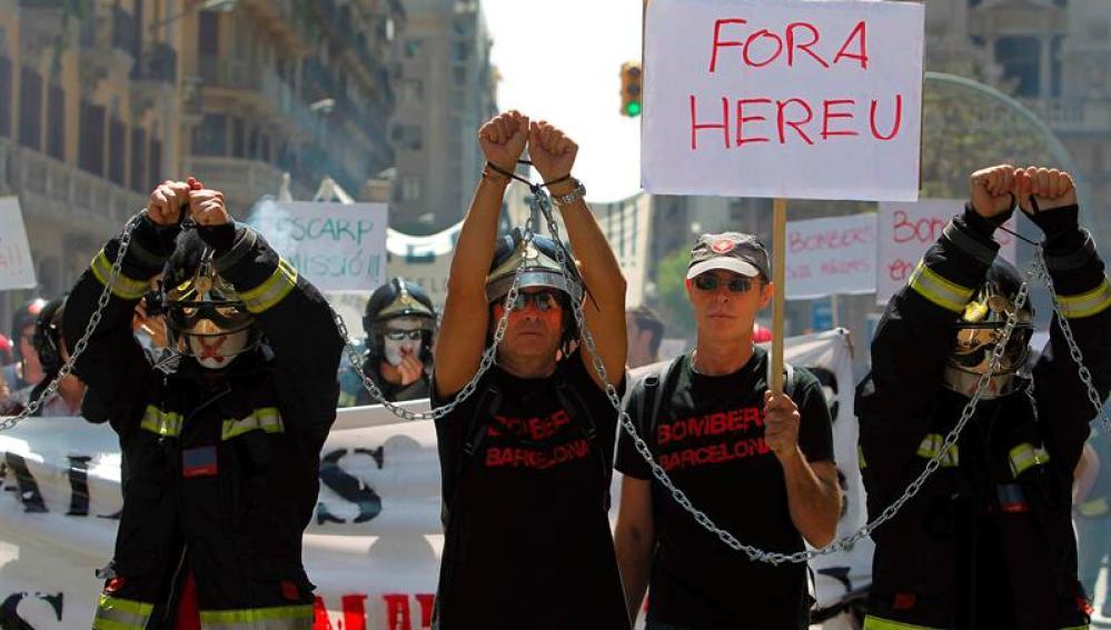 Los bomberos se manifiestan en Barcelona en busca de una mejora del convenio colectivo