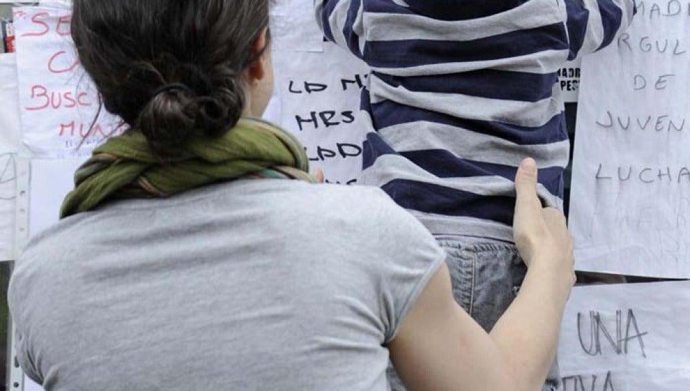 Una madre sostiene a su bebé en las protestas