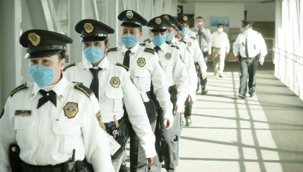 Policías mexicanos con mascarillas