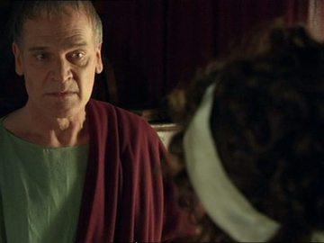 Claudia traiciona a Fabio desvelando su secreto a Galba