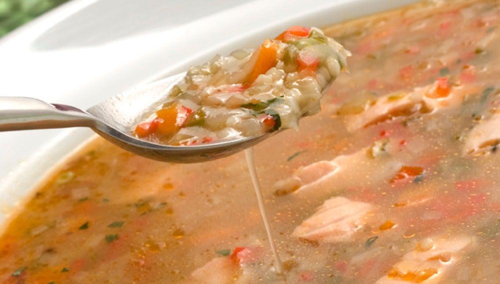 Sopa minestrone con salmón