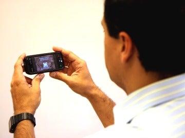 Un hombre utilizando el móvil