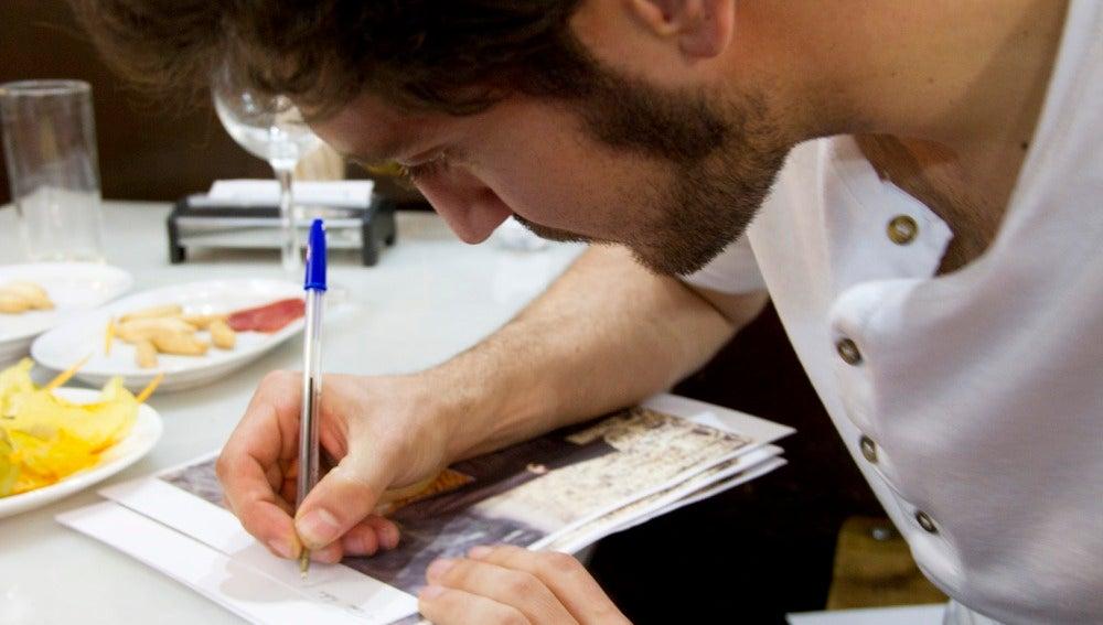 Alex Gadea firmando fotos