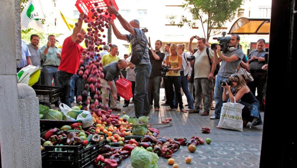 Agricultores arrojan fruta