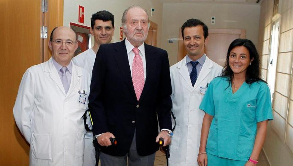 El Rey, con el equipo médico
