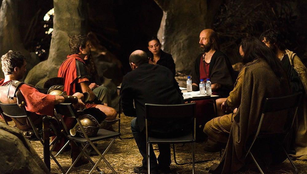 Los actores repasando el guión