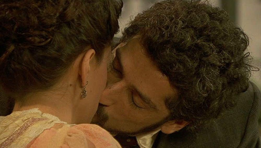 Sebastián besa a Virtudes