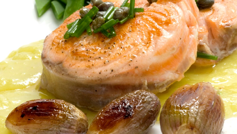 Salmón con crema de puerros y verduras