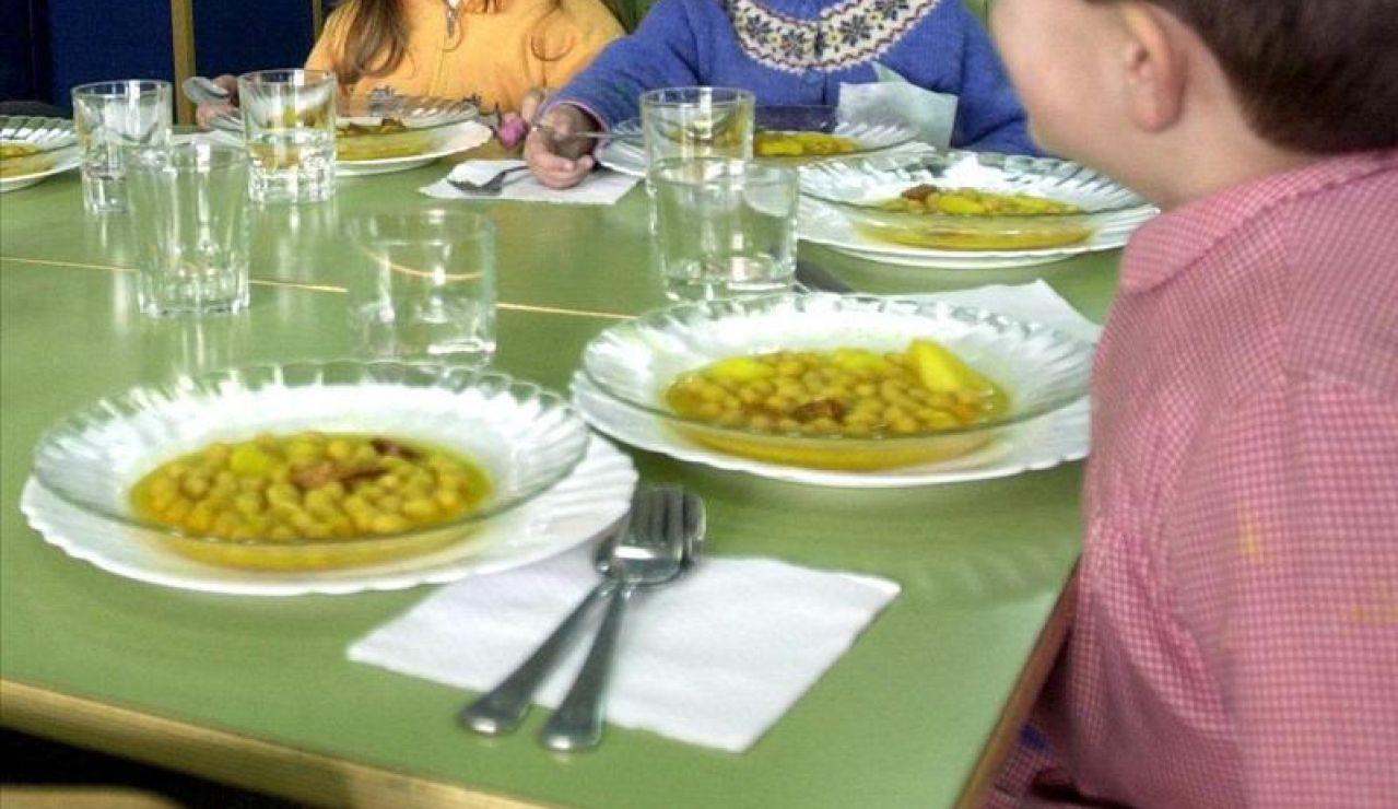 Varios niños en el comedor del colegio