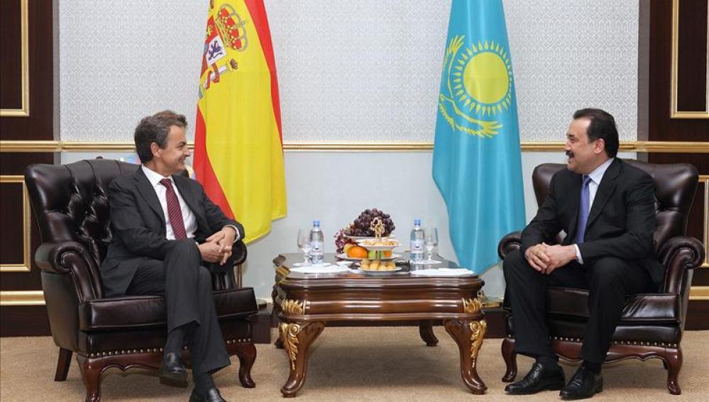 José Luis Rodríguez Zapatero, que conversa con el primer ministro de Kazajistán, Karim Massimov