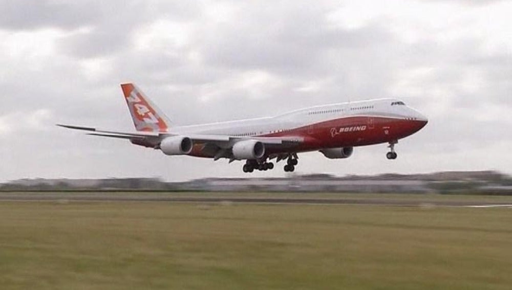 Aterriza en París el avión más largo del mundo