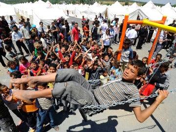 Varios niños juegan en un campamento de refugiados en Siria