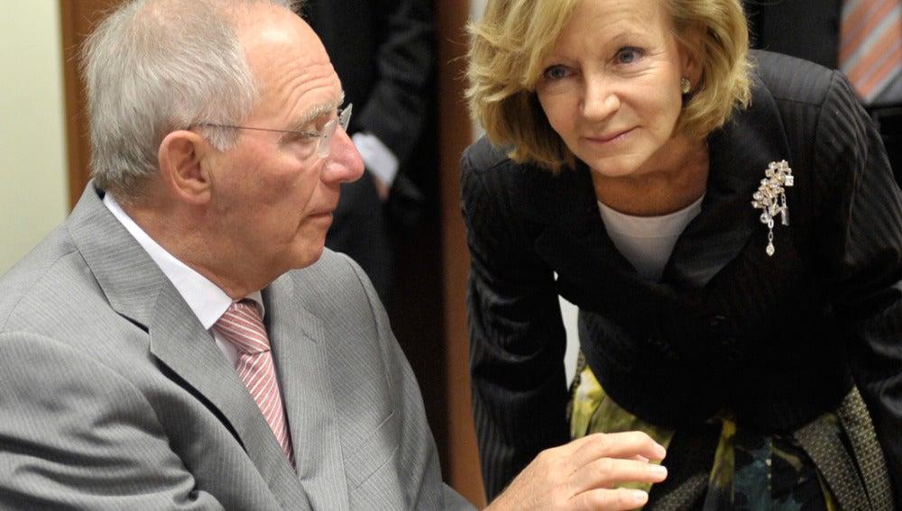 Elena Salgado conversa con  el ministro alemán de Finanzas, Wolfgang Schäuble