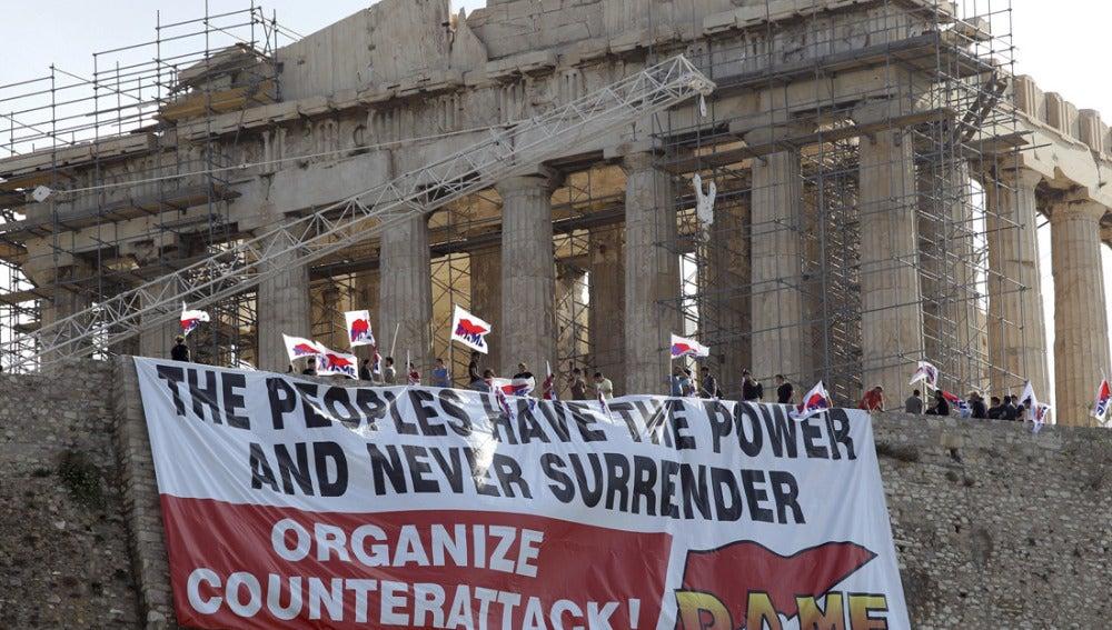 Pancarta desplegada en el Partenón de Atenas