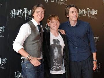 Los actores Rupert Grint, James y Oliver Phelps durante la promoción de 'Harry Potter y las Reliquias de la Muerte'