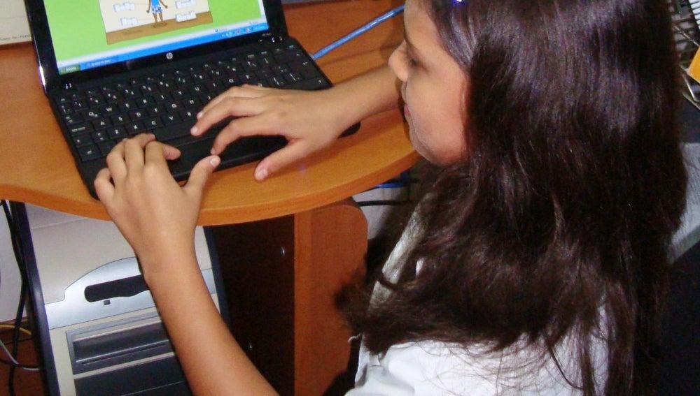 Niña jugando en un ordenador