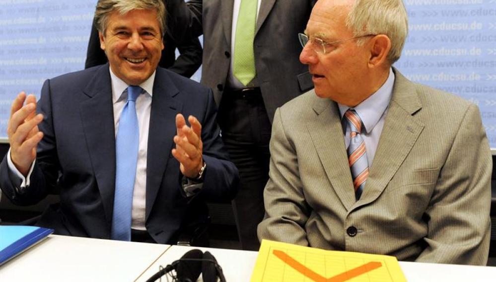 El suizo Josef Ackermann, presidente del Deutsche Bank, conversa con el ministro alemán de Finanzas, Wolfgang Schaeuble