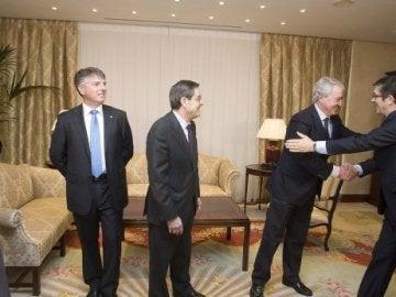El presidente de Caja Vital, Carlos Zapatero, saluda al lehendakari en presencia de Iturbe (Kutxa) y Fernández (BBK). (Paulino Oribe)